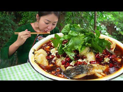 小雨買條6斤重的大草魚,砍成坨坨煮個火鍋魚吃,麻辣鮮香不擺了【市民朱小雨】