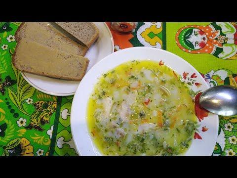 Сырный супчик на курином бульоне с зелёным горошком.