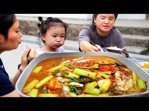 苗大姐河边钓3斤野生鱼,做一大桌好菜招待好友,边吃边聊好热闹!【苗阿朵美食】